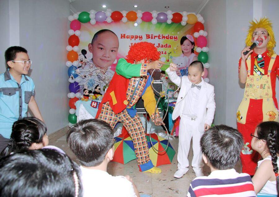 Biểu diễn ảo thuật trong tiệc sinh nhật