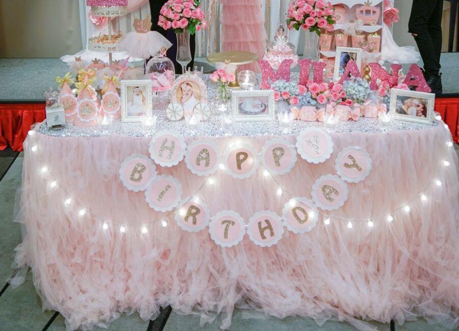 Trang trí bàn thôi nôi bé gái theo tông màu hồng