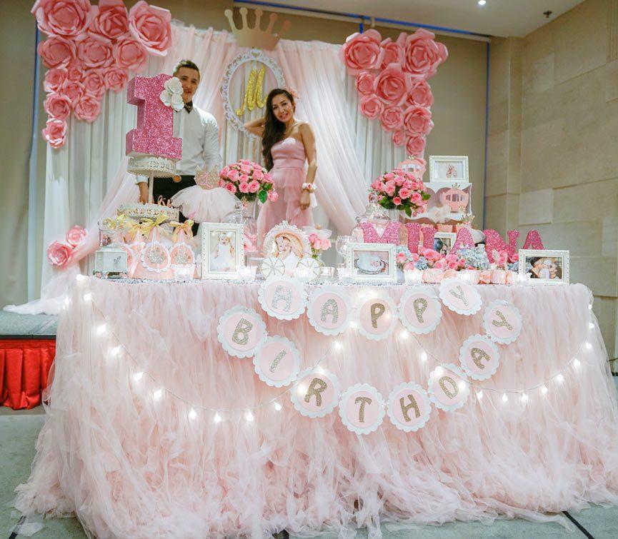 Trọn gói trang trí tiệc thôi nôi bé gái tông màu trắng hồng