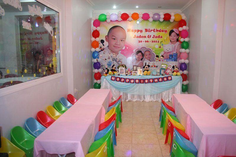 Xắp xếp bàn ghế phòng sinh nhật