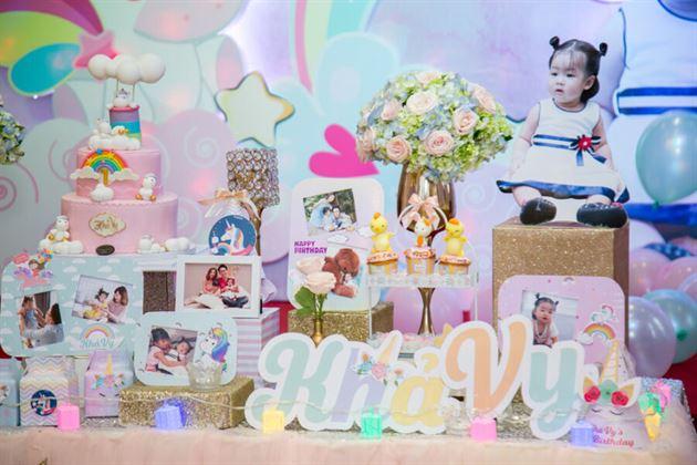 Bàn tiệc trang trí sinh nhật bé Khả vy với nhiều màu sắc lung linh