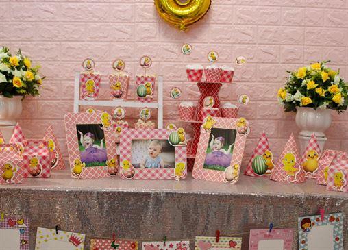 Bàn trang trí sinh nhật bé gái tuổi gà màu hồng lưới