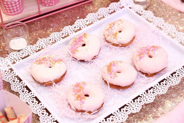 Bánh dounut phủ kem hồng theo tone màu của tiệc