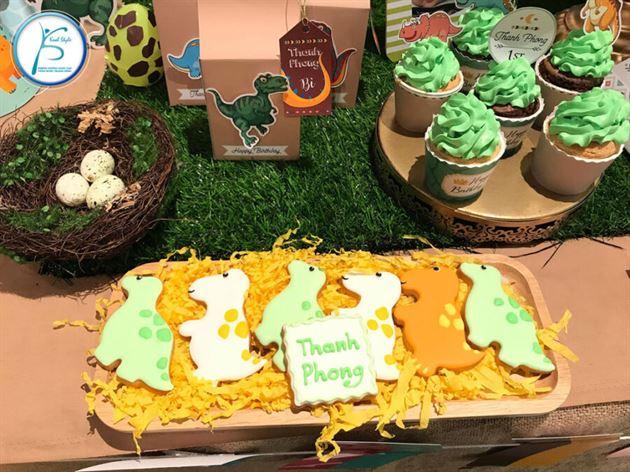 Trang trí các loại bánh tạo hình trên bàn sinh nhật