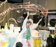 Biểu diễn xiếc bong bóng xà phòng sinh nhật
