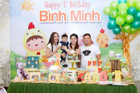 Cả gia đình hạnh phúc trong tiệc sinh nhật bé