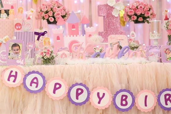 Dây chữ Happy Birthday trang trí trên bàn sinh nhật