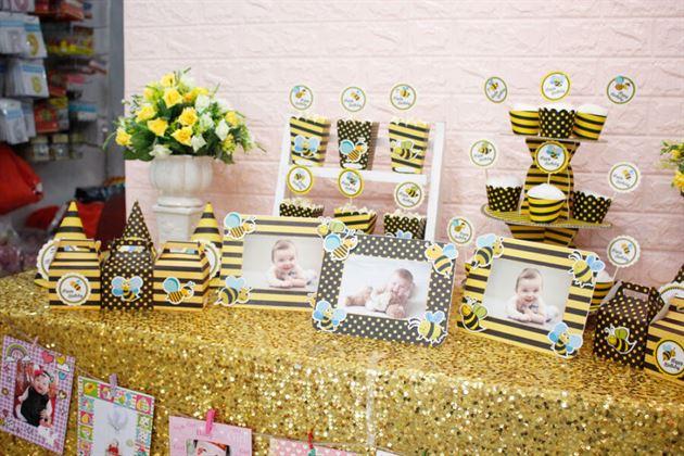 Bàn tiệc trang trí với full set bé ong