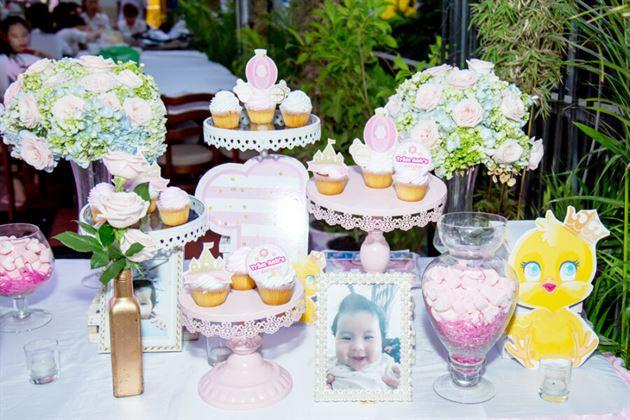 Góc trang trí hoa tươi và bánh cupcake trên bàn gallery