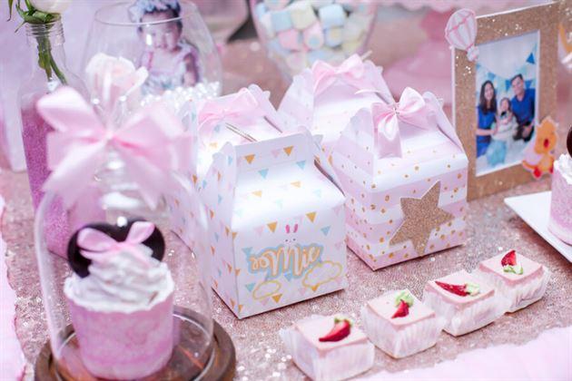 Góc trang trí hộp quà trên bàn gallery