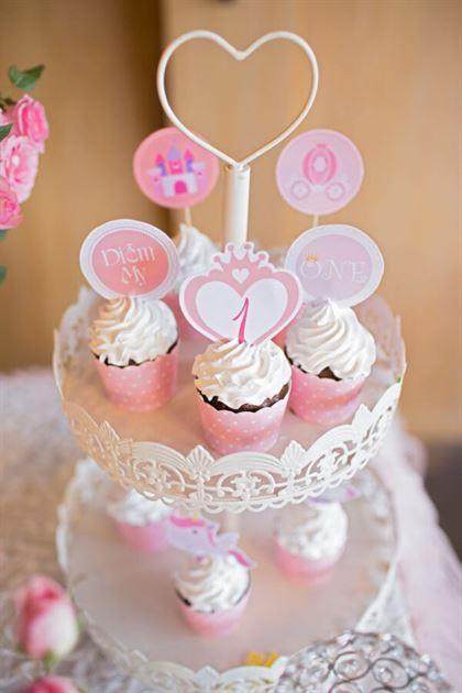 Kệ bánh cupcake trên bàn sinh nhật bé