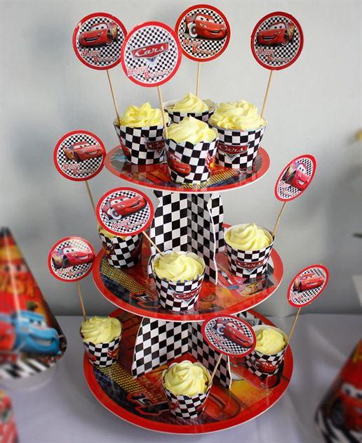 tem bánh cupcake sinh nhật trên kệ