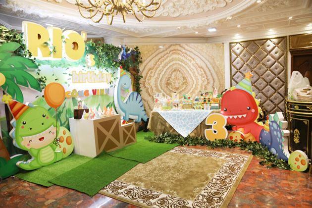 Không gian toàn cảnh trang trí tiệc thôi nôi chủ đề khủng long