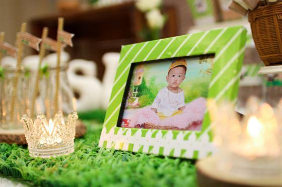 Khung ảnh trang trí trên bàn sinh nhật bé trai