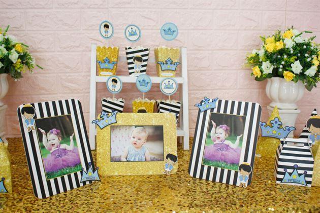 Khung hình trong set mini với hình ảnh vương miện cùng hoàng tử