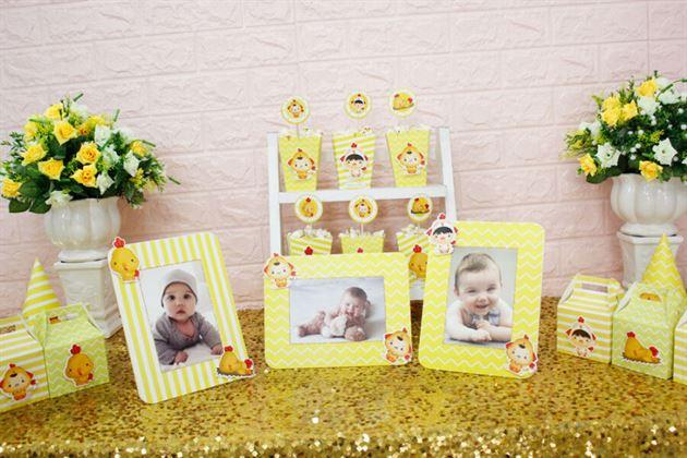Khung hình chủ đề Set mini phụ kiện sinh nhật bé với tông màu vàng