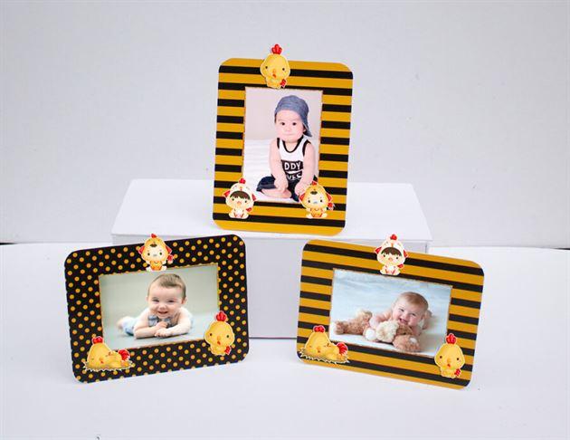 Khung hình sinh nhật bé trai tuổi gà màu vàng đen