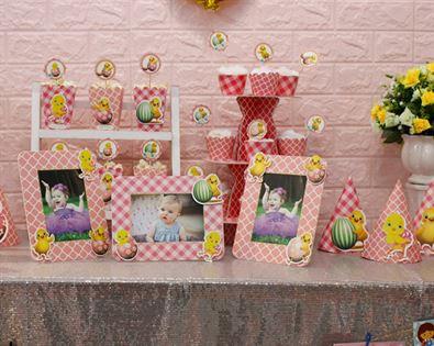 Cận cảnh món đồ vật trang trí sinh nhật bé gái tuổi gà màu hồng lưới