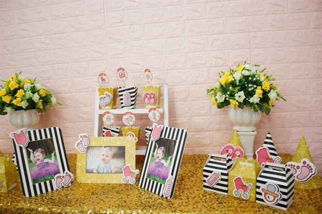 Một góc nhỏ bàn tiệc trang trí với set mini cho bé