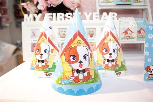 Nón sinh nhật chủ đề con chó trang trí trên bàn