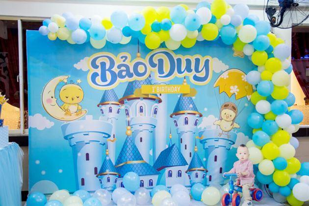 Phông backdrop được thiết kế theo chủ đề hoàng tử kết hợp line bong bóng