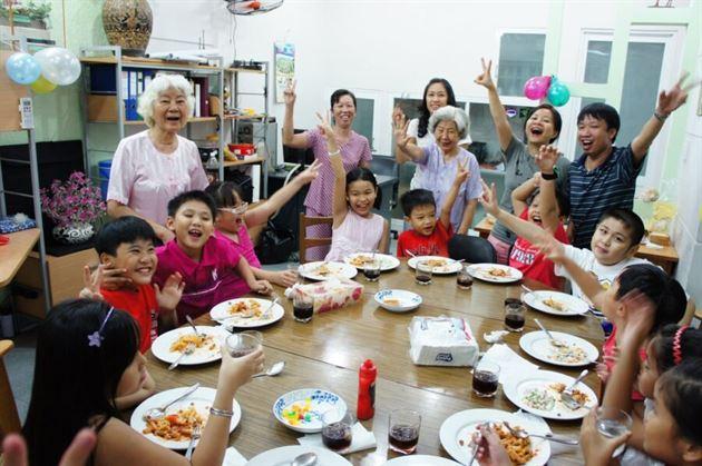 bố mẹ cần chú ý số lượng khách mời trong tiệc sinh nhật của bé