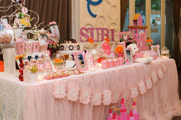 Toàn cảnh bàn sinh nhật của bé gái