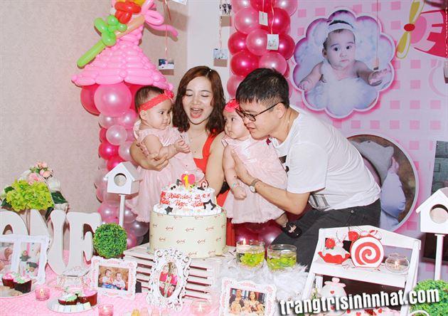 Ba mẹ cùng tổ chức sinh nhật cho bé