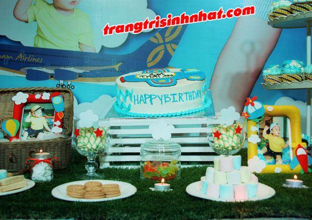 Bánh kem trang trí trên bàn sinh nhật