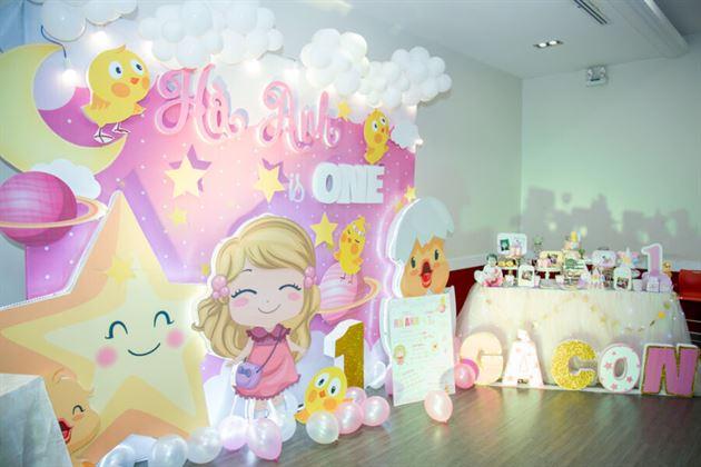 Tiệc thôi nôi bé Hà Anh được trang trí theo chủ đề công chúa và gà con đáng yêu