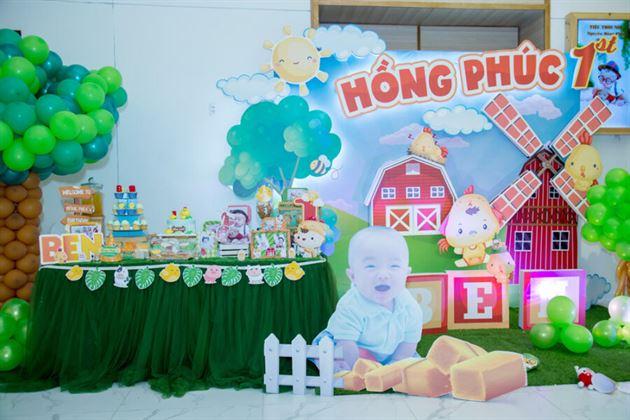 Trang trí backdrop và bàn gallery chủ đề nông trại gà con