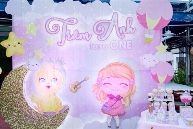 Trang trí backdrop với các lớp 3D theo chủ đề công chúa và gà con