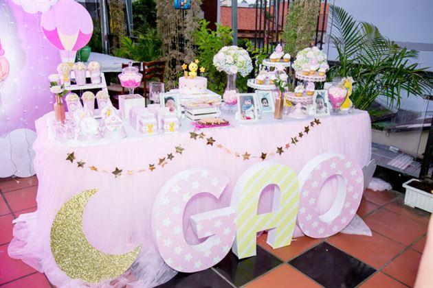 Trang trí bàn gallery tone màu hồng theo chủ đề