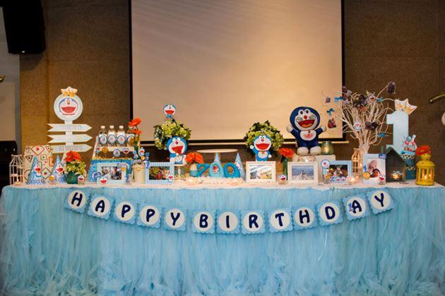 Trang trí bàn sinh nhật bé trai 1 tuổi chủ đề Doraemon