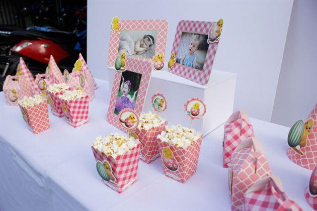 Góc ngang bàn tiệc trang trí sinh nhật bé gái