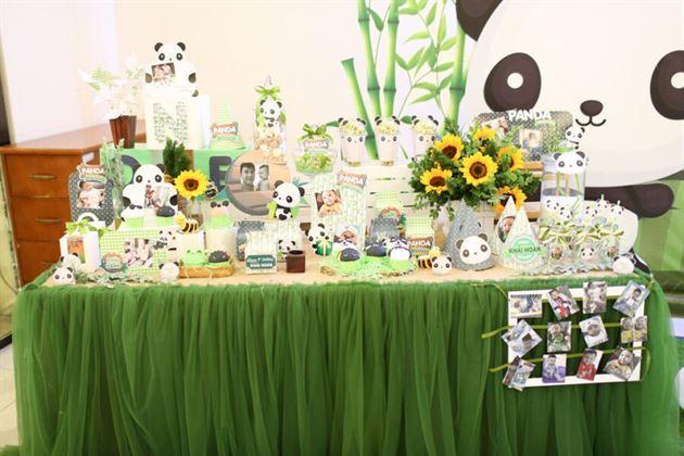 Trang trí bàn tiệc thôi nôi Panda với màu xanh lá trúc