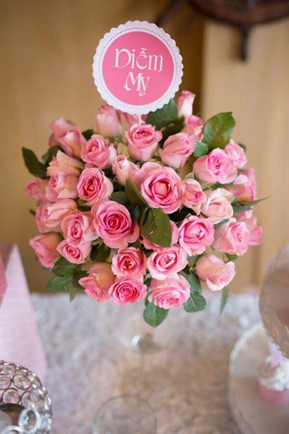 Trang trí hoa tươi trên bàn sinh nhật bé gái