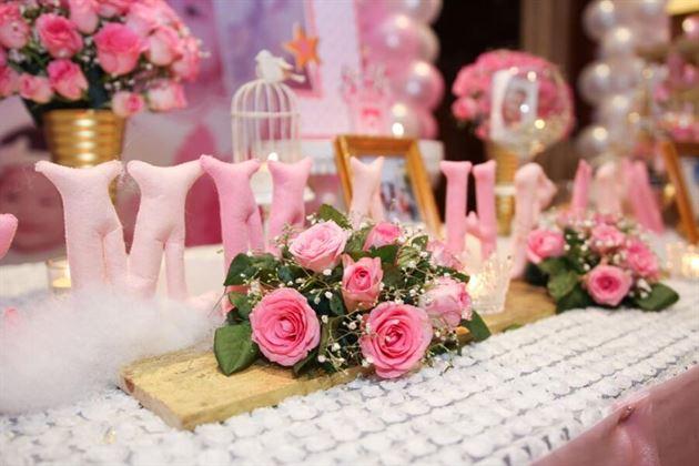 Trang trí hoa tươi trên bàn thôi nôi của bé