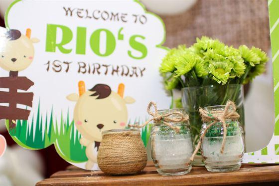 Trang trí hoa tươi trên bàn sinh nhật của bé