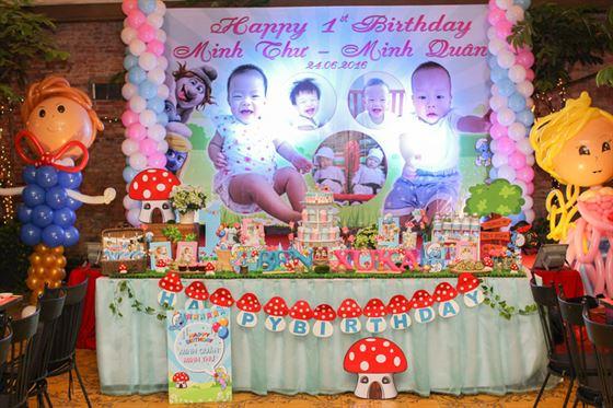 trang trí sinh nhật cho bé sinh đôi chủ đề xì trum