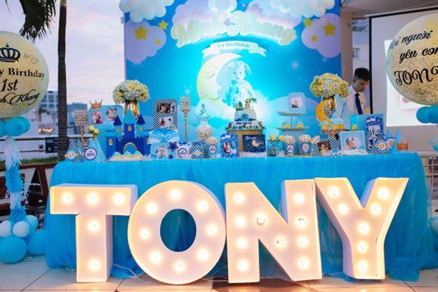 Trang trí tiệc thôi nôi không gian ngoài trời cho bé Tony