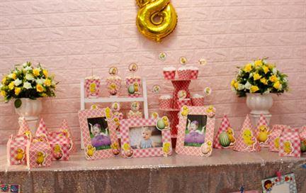 Trang trí bàn thôi nôi bé gái tuổi gà màu hồng lưới