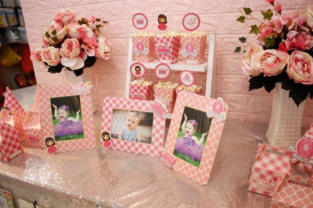 Trang trí bàn tiệc thôi nôi cho bé gái với hình ảnh cô công chúa