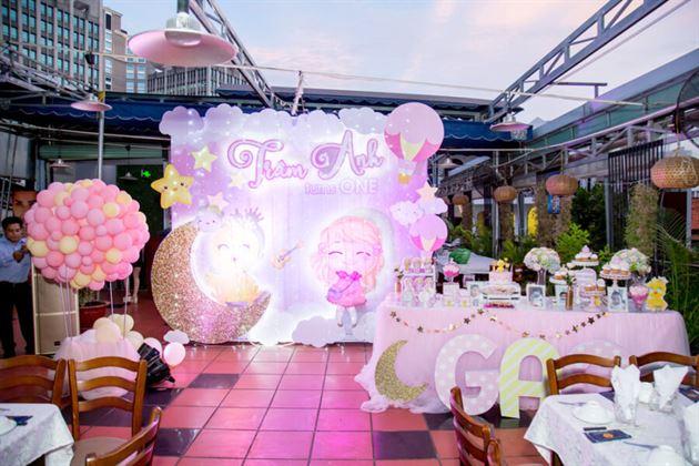 Trang trí tiệc thôi nôi chủ đề công chúa và gà con cho bé Trâm Anh