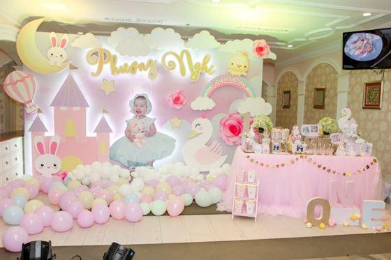 Trang trí tiệc thôi nôi tone màu hồng pastel cho bé Phương Nghi
