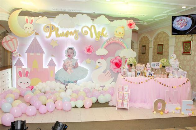 Trang trí tiệc thôi nôi tơn màu hồng pastet cho bé Phương Nghi