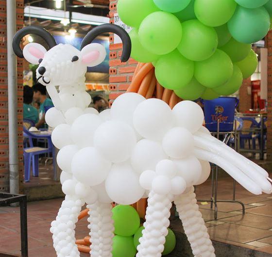 Trang trí trụ bong bóng nghệ thuật chủ đề để chú dê con