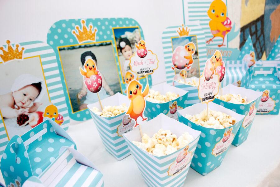 Hộp đựng bắp rang bơ và khung hình sinh nhật