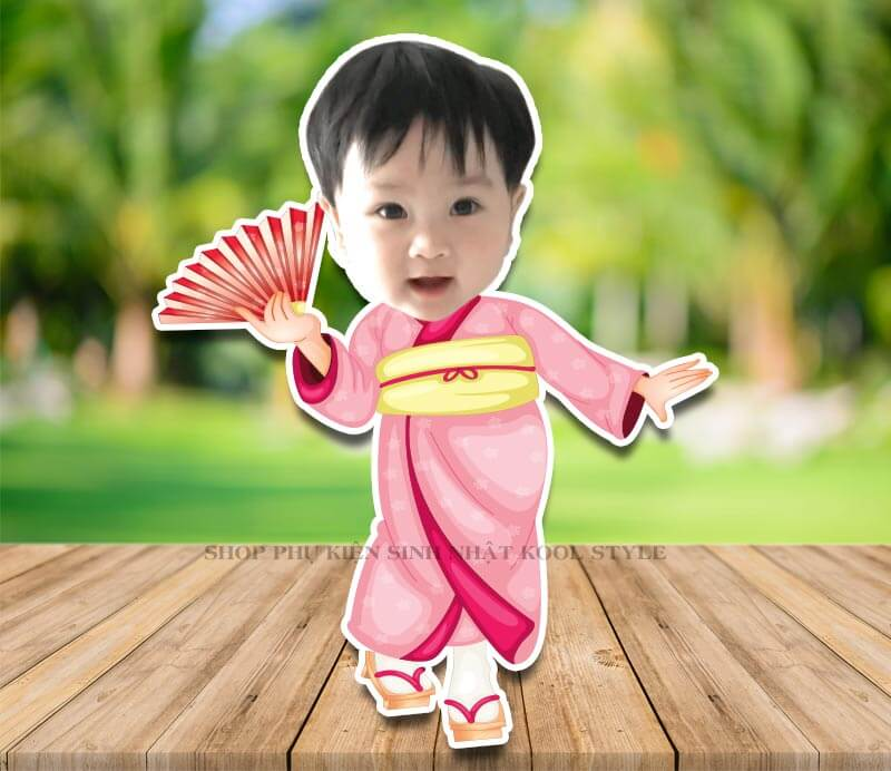 Chibi bé gái cầm quạt bận đồ kimono