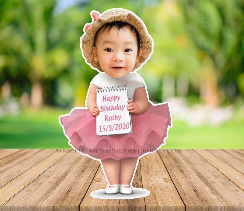 Chibi bé gái đầm hồng cầm bảng sinh nhật